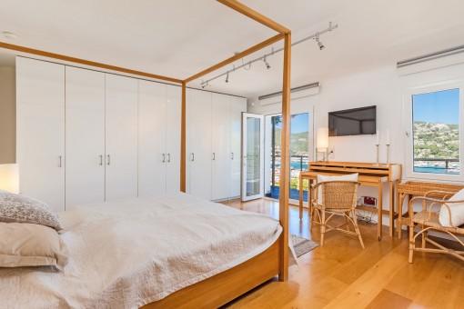 Großzügiges Hauptschlafzimmer mit großem Wandschrank