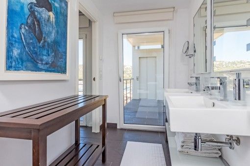 Badezimmer mit Blick auf den Aufzug