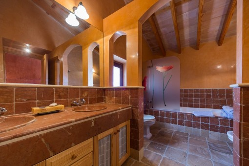 Großzügiges Badezimmer mit Badewanne
