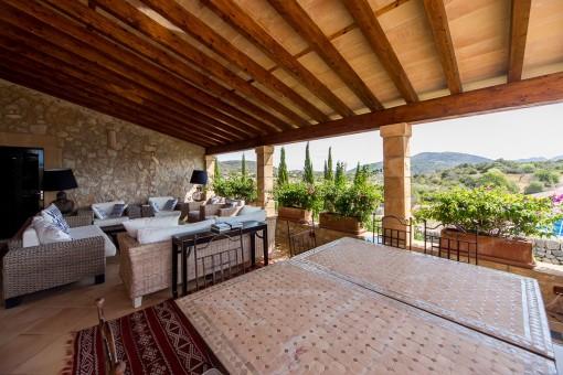 Balkon mit Lounge- und Essbereich