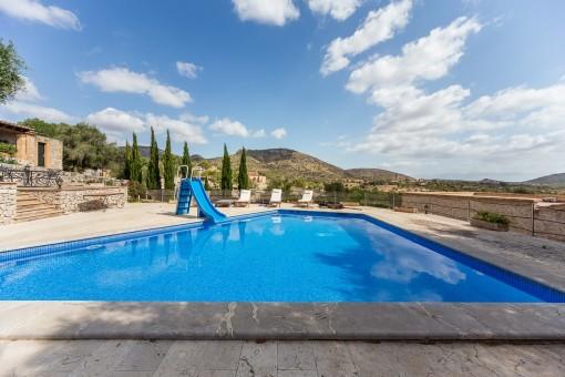 Beeindruckender Landschaftsblick vom Swimmingpool aus