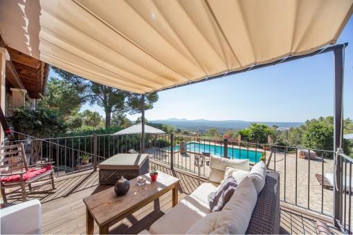 Blick auf den Swimmingpool vom Loungebereich