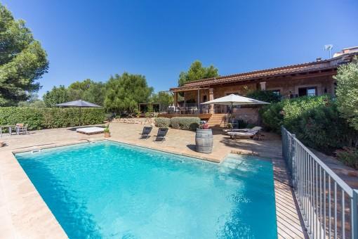 Blick vom Swimmingpool auf das Haus