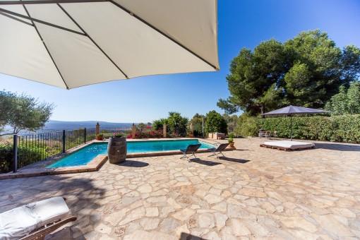 Sonnige Terrasse und Poolbereich