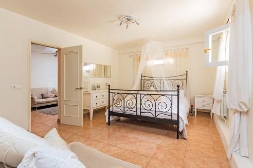 Eins von zwei Doppelschlafzimmern im Erdgeschoss