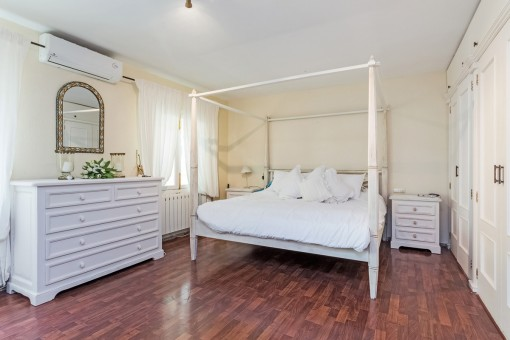 Helles Hauptschlafzimmer