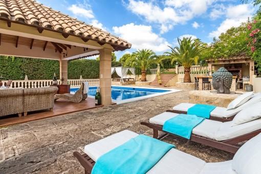 Terrasse mit Loungeecke neben dem Pool