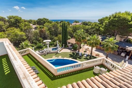 Luxuriöse Villa in mediterranen Stil mit einzigartiger Gartenoase und Meerblick