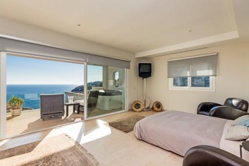 Traumhaftes Schlafzimmer mit sonniger Terrasse und Meerblick