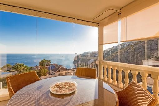 Überdachte Sitzecke mit Panoramameerblick