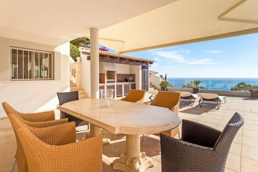 Überdachte Terrasse mit Sitzecke und Grillbereich