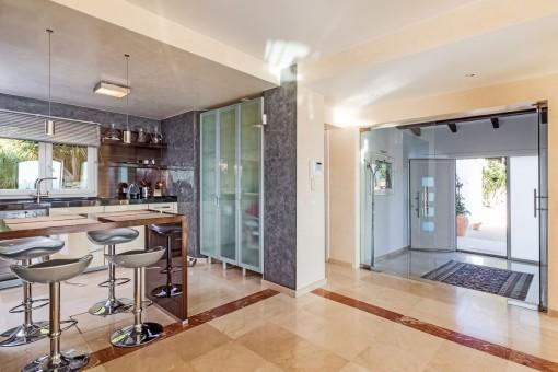 Einladender Eingangsbereich mit Zugang zur Küche