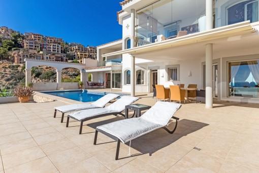 Sonniger Poolbereich mit Terrassen