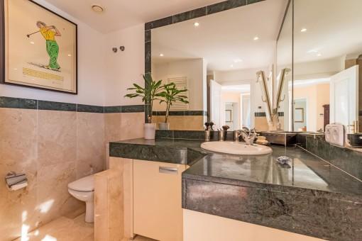 Elegantes Hauptbadezimmer en suite