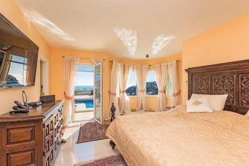 Freundliches Hauptschlafzimmer mit Badezimmer en suite