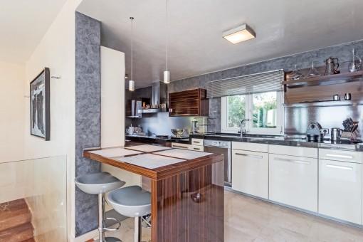 Offene Küche neben dem Esszimmer