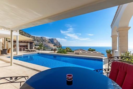 Fantastischer Poolbereich mit Blick auf das Meer und die Berge