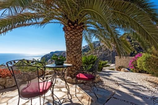Idyllische Sitzecke mit Blick auf das Mittelmeer