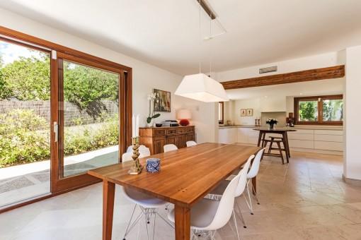 Alternative Ansicht vom Esszimmer mit offener Küche und Terrassenzugang