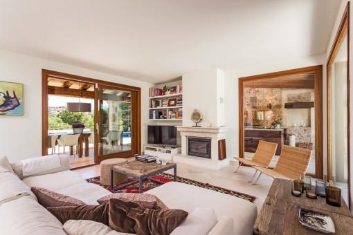 Geschmackvoll eingerichtetes Wohnzimmer mit Kamin