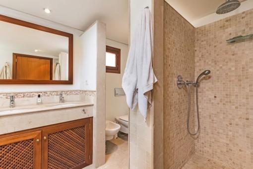Alternative Ansicht vom Hauptbadezimmer mit Dusche