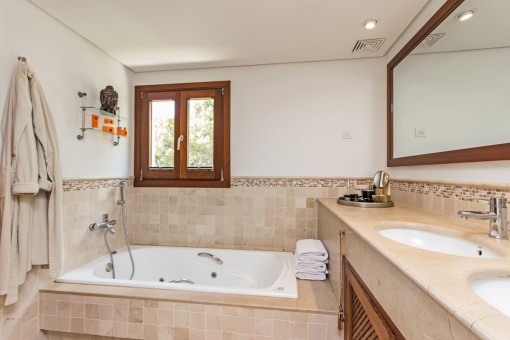 Schönes Hauptbadezimmer mit Badewanne