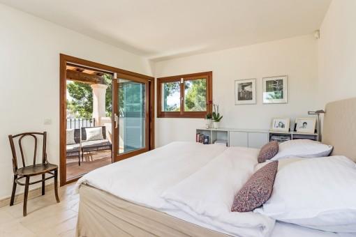 Wunderschönes Hauptschlafzimmer mit Zugang zur Terrasse