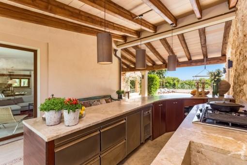 Voll ausgestattete Außenküche