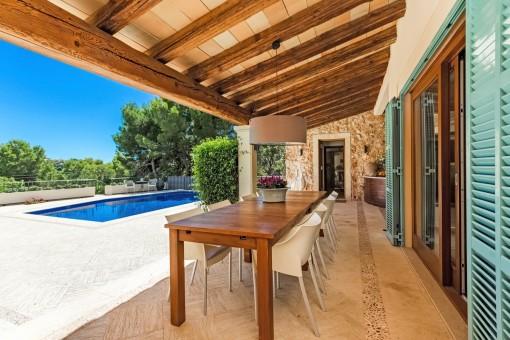 Stylischer Essbereich auf der überdachten Terrasse