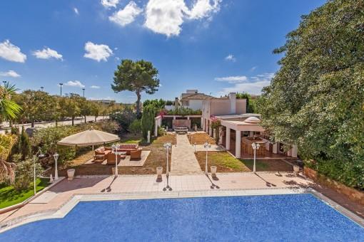 Exklusive Villa mit Pool, separatem Gästehaus und Sommerküche
