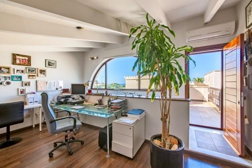 Helles Büro mit Balkon