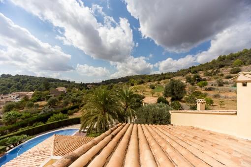 Blick auf den Swimmingpool von der Dachterrasse aus