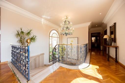 Flur mit Treppe, die zur unteren Etage führt