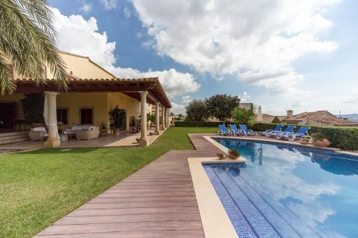 Blick vom Swimmingpool auf das Anwesen