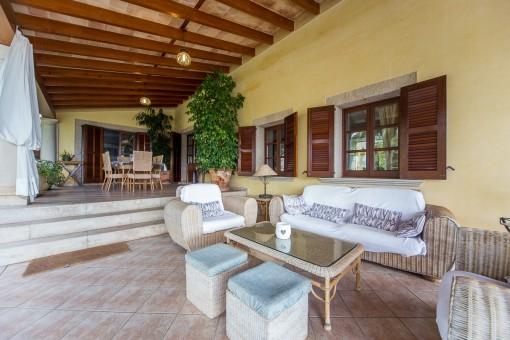 Überdachte Terrasse mit Loungebereich und Terrasse