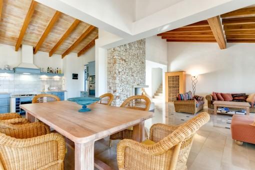 Mediterraner Wohn-und Essbereich mit hohen Decken