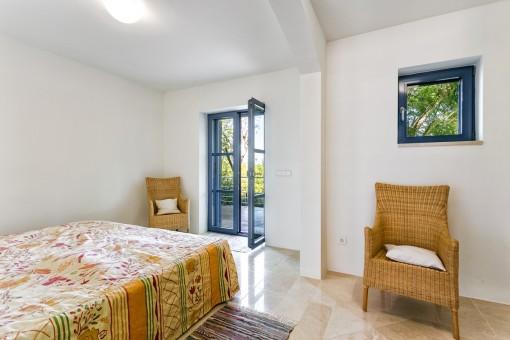 Lightdurchflutetes Schlafzimmer mit Terrassenzugang