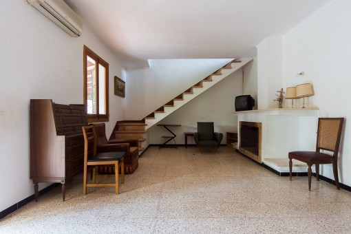 Blick auf den Treppenaufgang vom Eingangsbereich
