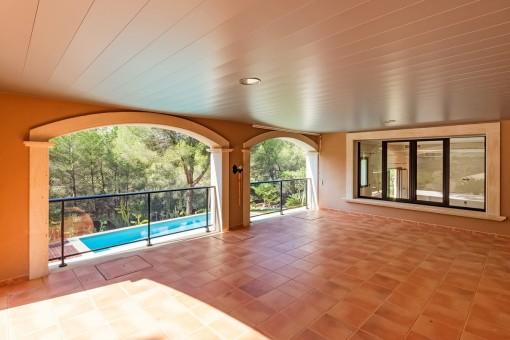 Elegante, überdachte Terrasse