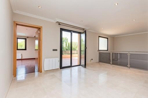 Schlafzimmer mit Badezimmer en Suite und Terrassenzugang