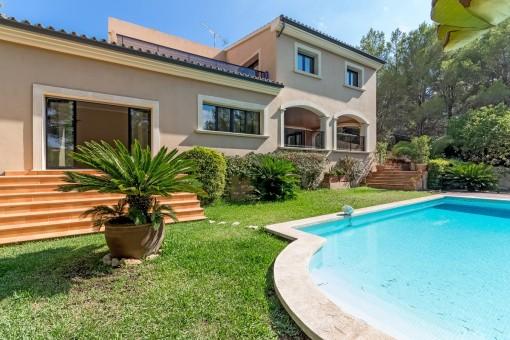 Swimmingpool ist von einem mediterranen Garten umgeben