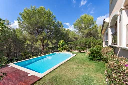 Gepflegter Garten mit Swimmingpool