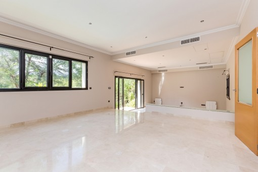 Großzügiger Wohnbereich mit Klimaanlage