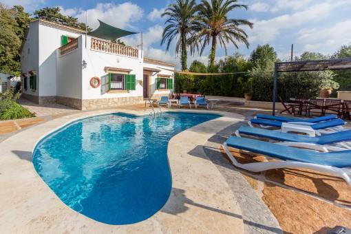Finca im Villenstil auf kleinem, pflegeleichten Grundstück mit Pool mit Privatsphäre und Dorfnähe
