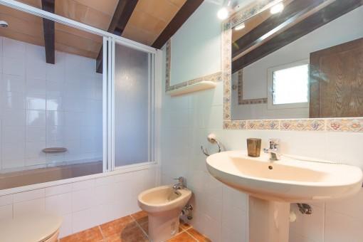 Großes Hauptbadezimmer mit Badewanne