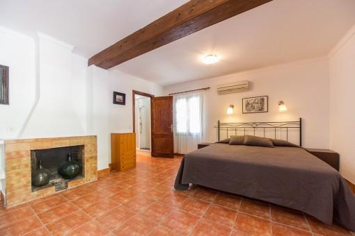 Großzügiges Hauptschlafzimmer mit Kamin und Badezimmer en suite
