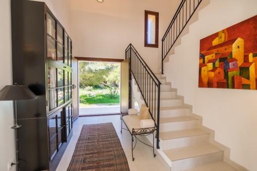 Eingangsbereich mit Treppenaufgang zur oberen Etage