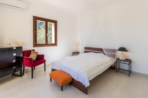 Schlafzimmer mit Fenster