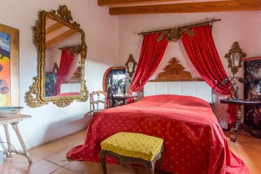 Elegantes Hauptschlafzimmer mit Holzbalkendecke