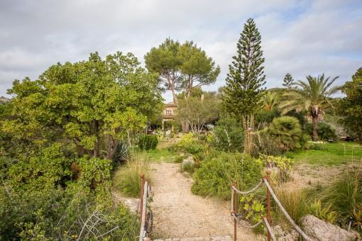 Idyllischer Garten umgibt das Haus